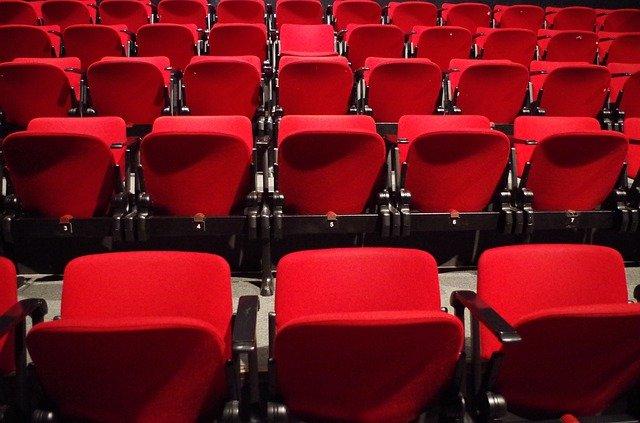 červená sedadla