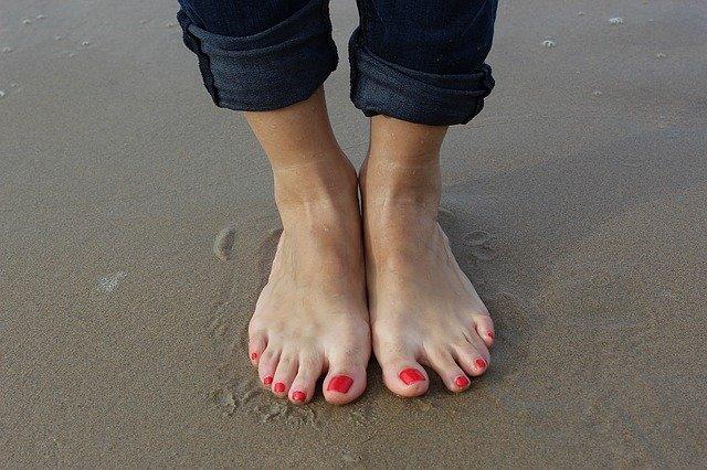 chodidla v písku