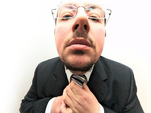 kravata v rukách