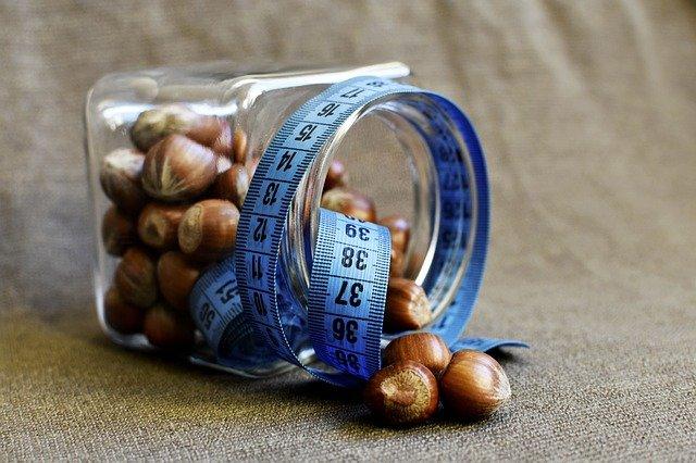 lískové ořechy a metr