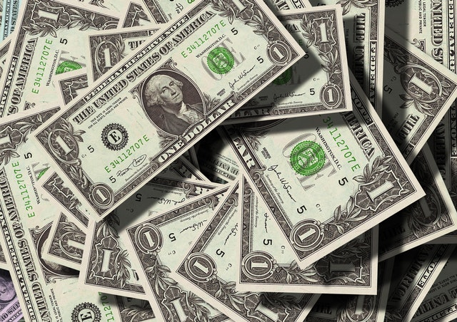 dolarové bankovky na hromadě