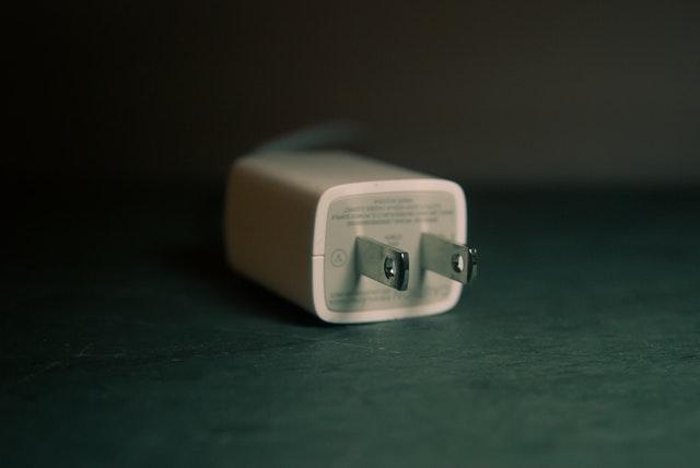bílá zásuvka na černém stole