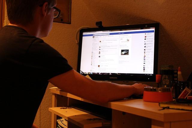 uživatel s počítačem